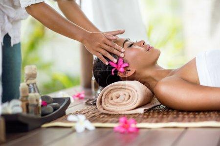 Photo pour Massage spa, massage du visage nature extérieure, soins de beauté - image libre de droit