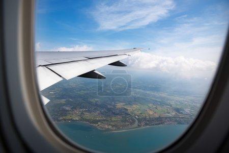 Photo pour Vue du ciel depuis la fenêtre de l'avion - image libre de droit