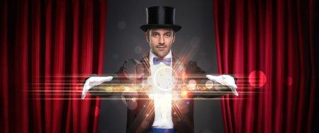 Photo pour Magicien montrant tour sur scène, magie, performance, cirque, concept de spectacle - image libre de droit