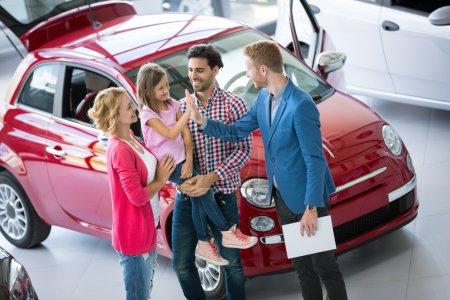 Photo pour Joyeuse famille acheter voiture neuve - image libre de droit