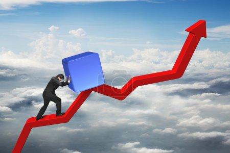 Photo pour Homme d'affaires poussant bleu bloc 3D vers le haut sur la ligne de tendance rouge avec cumulus fond nuageux - image libre de droit