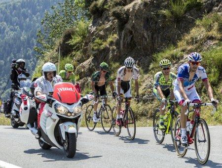 Photo pour Col D'Aspin, France- 15 juillet 2015 : L'échappée escalade la route du Col D'Aspin dans les Pyrénées lors de l'étape 11 du Tour de France 2015 . - image libre de droit
