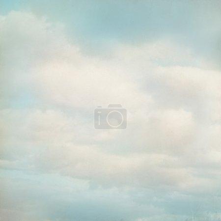 Photo pour Vieux fond de papier avec ciel bleu et nuages blancs - image libre de droit