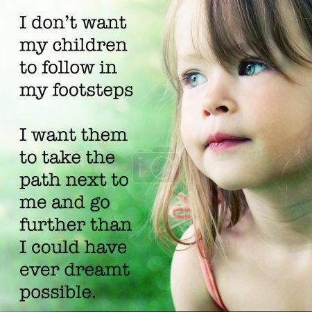 Photo pour Je ne veux pas que mes enfants suivent mes pas je veux qu'ils prennent le chemin à côté de moi ang aller plus loin que je n'aurais jamais pu dremt possible. Adorable petite fille posant à l'extérieur - image libre de droit