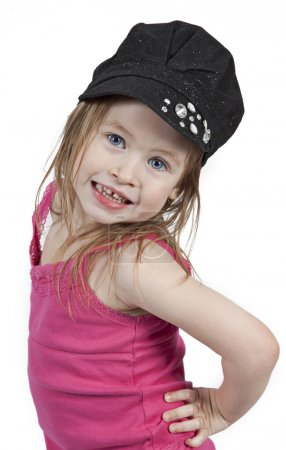 Photo pour Petite fille adorable dans le chapeau noir d'isolement sur le fond blanc - image libre de droit