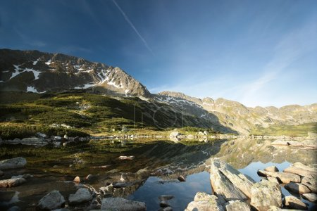 Photo pour Vallée de cinq étangs entourée de montagnes des Carpates, Pologne. - image libre de droit