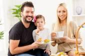 Šťastná rodina jí pečivo na snídani