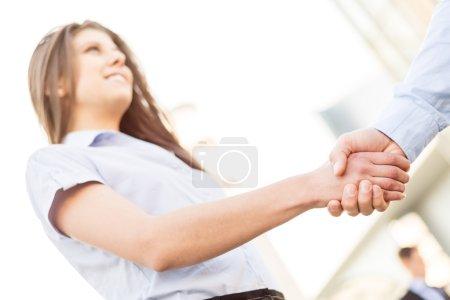 Photo pour Femme d'affaires avec le visage flou serre la main avec l'homme d'affaires qui peut voir que la main. - image libre de droit