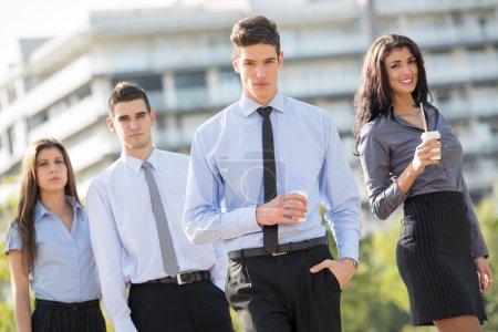 Chef in Kaffeepause mit seinem Team