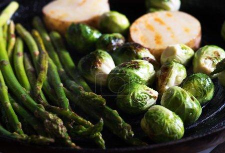 Photo pour Vue rapprochée de beaux légumes frais est en cours de friture - image libre de droit
