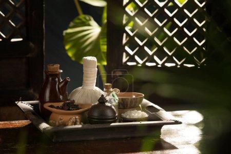 Photo pour Vue des objets à thème du spa sur les feuilles de palmier tropiques de couleur retour - image libre de droit