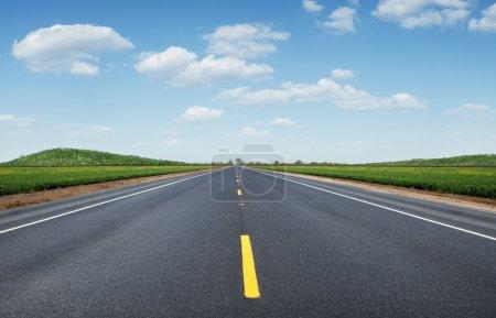 Photo pour Vue panoramique de la route vide été belle et verte vallée - image libre de droit