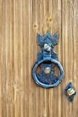 Dveře dřevěné s kované držadlo
