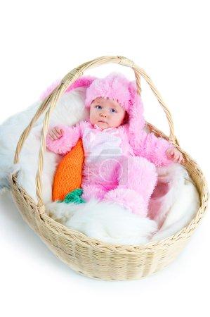 Photo pour Bébé nouveau-né drôle habillé en costume de lapin de Pâques couché dans un panier - image libre de droit