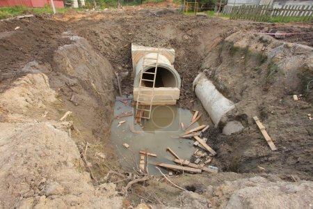 Photo pour Pose dans les tuyaux en béton collecteur de sol - image libre de droit