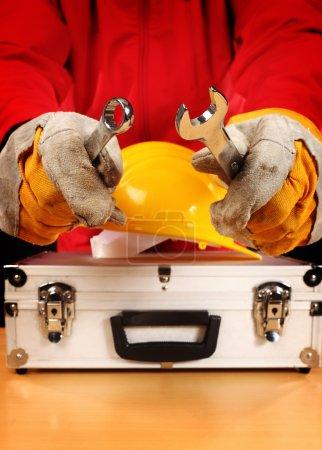 Photo pour Équipement de sécurité et travailleur, gros plan - image libre de droit