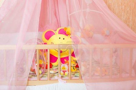 Photo pour Lits avec différents jouets souples à la chambre des enfants - image libre de droit