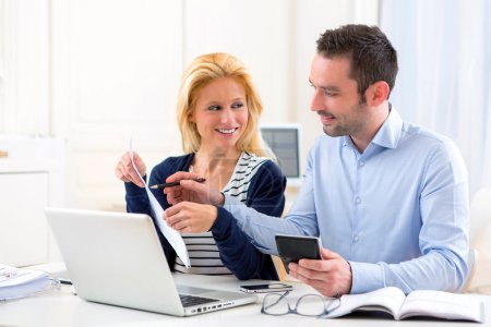Photo pour Vue d'un couple attrayant, faire de la paperasse administrative - image libre de droit