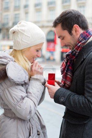 Jeune homme séduisant proposer le mariage à son amour