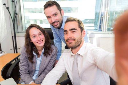 Photo pour Vue d'un groupe d'associés d'affaires travaillant ensemble au bureau - image libre de droit