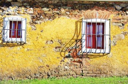 Photo pour Deux fenêtres en façade de maison porucine - image libre de droit