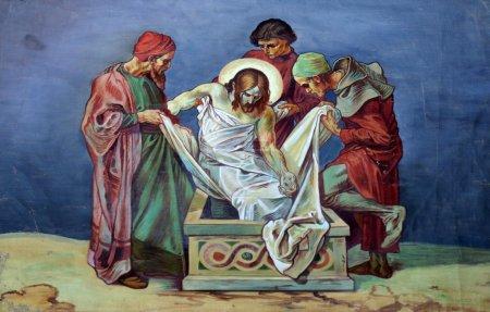 Photo pour 14ème Stations de la Croix, Jésus est déposé dans le tombeau et couvert d'encens - image libre de droit