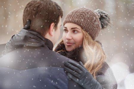 Photo pour Portrait en gros plan d'une jeune femme embrassant son petit ami. Saison d'hiver . - image libre de droit