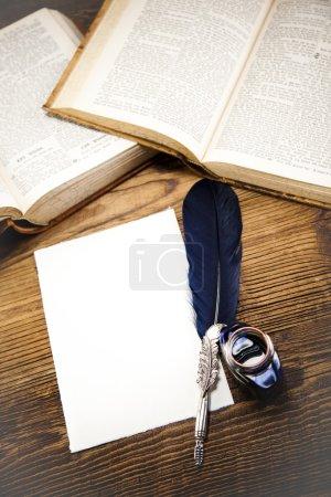 Foto de Papel viejo con libros abiertos en el escritorio de madera - Imagen libre de derechos
