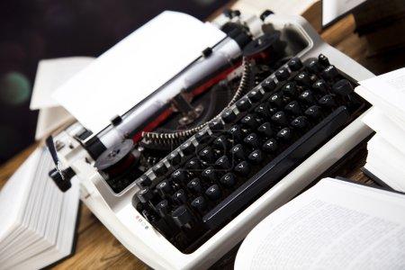 Foto de Máquina retro con viejos libros de mesa de madera - Imagen libre de derechos