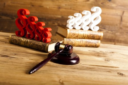 Paragraphs, law books and mallet