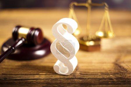 Photo pour Concept de droit et justice. Panneau de paragraphe, maillet de juge en bois avec écailles sur la table . - image libre de droit