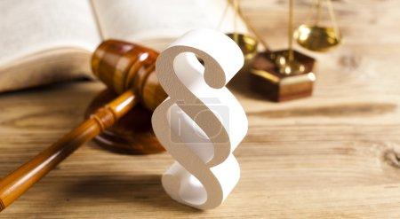 Photo pour Signe de paragraphe et livre de loi, balances avec maillet de juge sur table en bois - image libre de droit