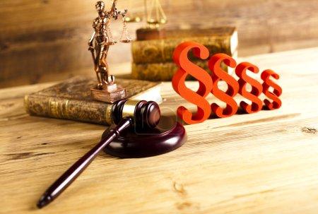 Photo pour Signe des paragraphes, concept de droit et de justice, marteau en bois - image libre de droit