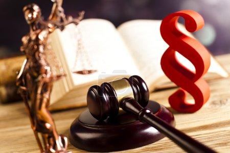 Photo pour Concept de droit et justice. Signe de paragraphe avec maillet sur table en bois - image libre de droit