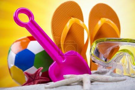 Foto de Playa de arena y ojotas con varios juguetes de plástico - Imagen libre de derechos