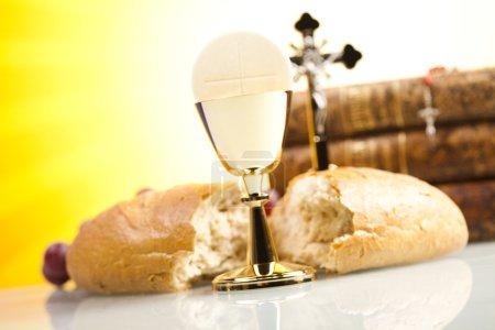 Photo pour Eucharistie, sacrement de la communion sur fond jaune - image libre de droit
