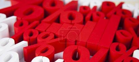Photo pour Concept d'entreprise. groupe de symboles rouges pour cent autour du graphique financier. pourcentage de fond - image libre de droit