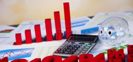 Photo pour Concept de finance avec graphique financier, symboles de pourcentage, tirelire transparent avec calculatrice portées sur les documents - image libre de droit