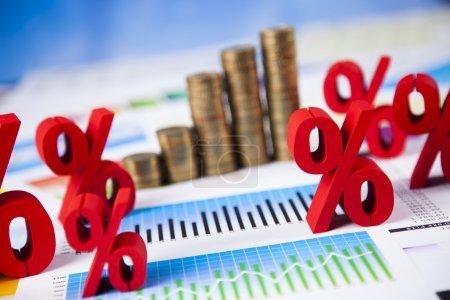 Photo pour Concept de finances. graphique fait à partir de piles de pièces avec des signes pour cent rouges sur les rapports. - image libre de droit