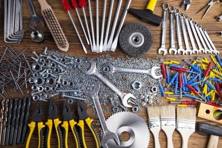 Photo pour Outils de travail assortis sur fond de bois - image libre de droit
