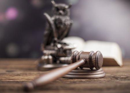 Photo pour Concept de droit et justice. Hibou avec un marteau de juge à la table - image libre de droit