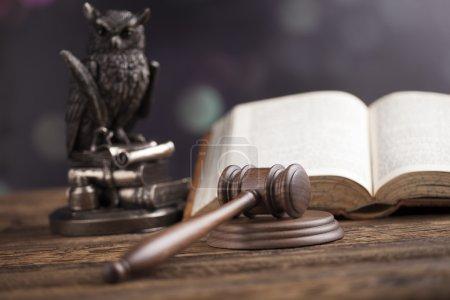 Photo pour Avocat en bois avec hibou et livre ouvert sur la table, concept de justice, système juridique - image libre de droit