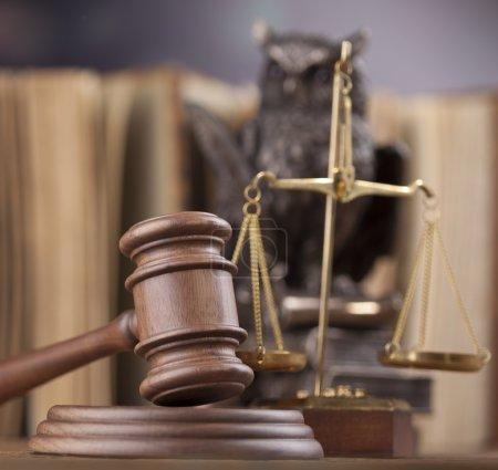 Photo pour Thème de droit, maillet de juge, échelles et hibou sur la table - image libre de droit