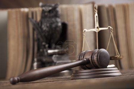 Photo pour Juges marteau en bois, thème vif de la lumière ambiante - image libre de droit