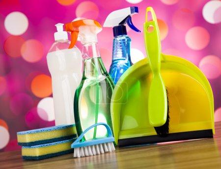 Photo pour Variété de produits de nettoyage, travail à domicile thème coloré - image libre de droit