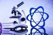 Mikroskop a sklo v laboratoři