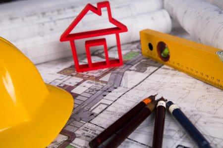 Photo pour Maison en construction, plans et casque - image libre de droit