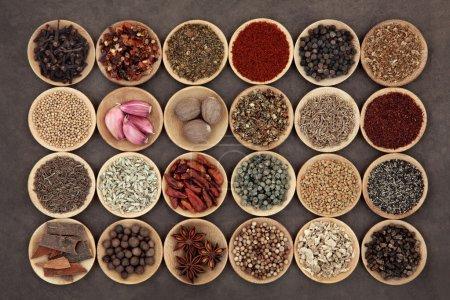 Photo pour Grande sélection d'épices du Moyen-Orient dans des bols en bois . - image libre de droit