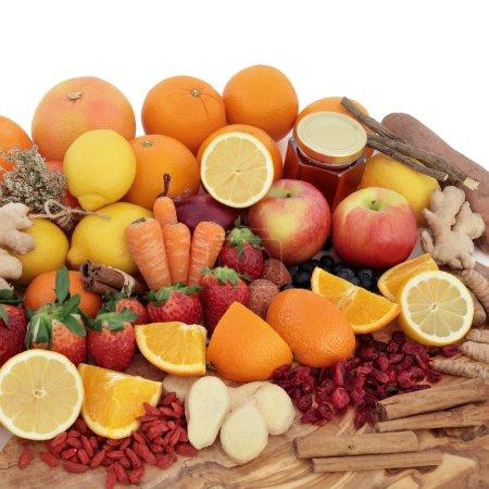 Photo pour Grande sélection d'aliments antioxydants pour remède contre le froid avec des aliments sur une planche d'olivier sur fond blanc . - image libre de droit