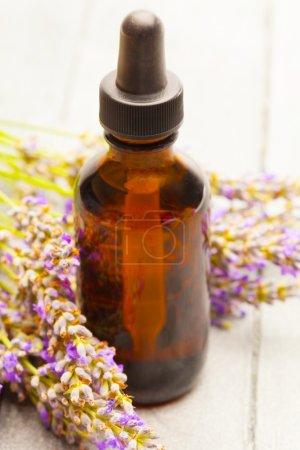 Photo pour Photo de lavande huile essentielle sur table en bois - image libre de droit